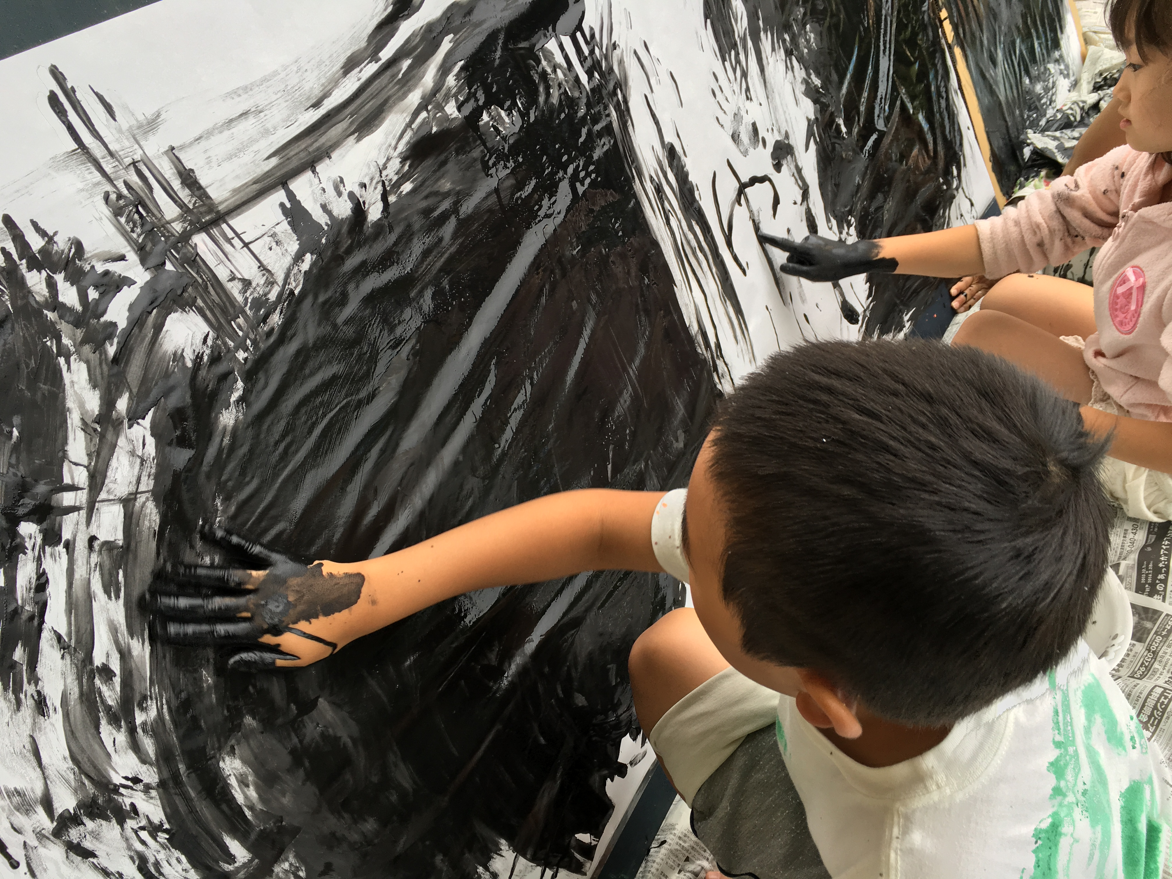 子どもアート教室「ちびぽっく」でフィンガーペイントを楽しんている様子