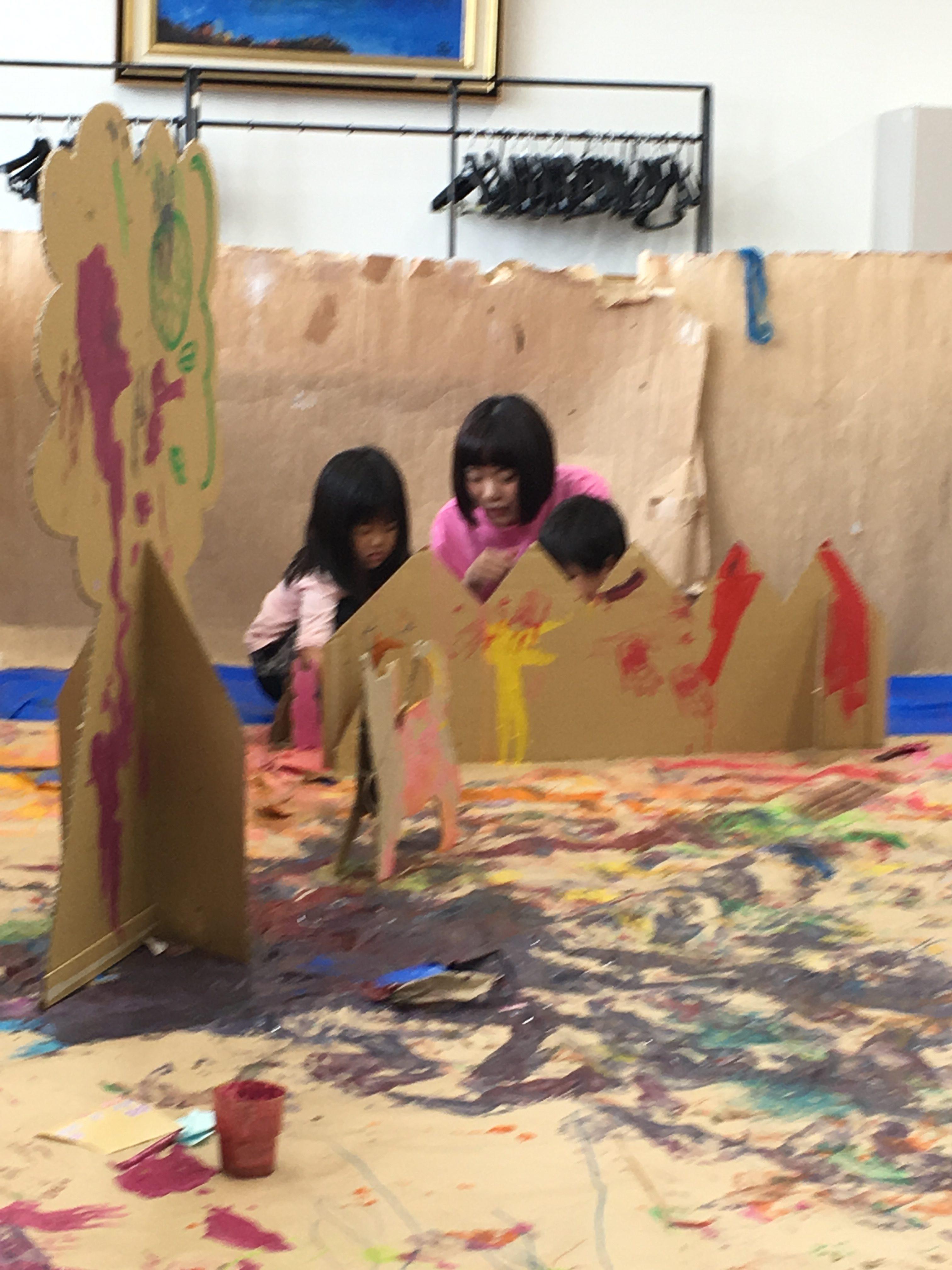 アートセラピーを取り入れたアート教室で子供たちと遊んでいる様子